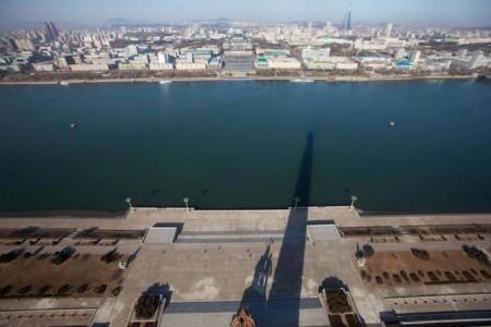 L'ombra della torre Juche a Pyongyang, Corea del Nord